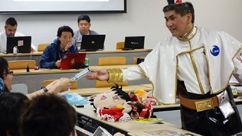 Great Teacher Sugiura: professore di una università di Tokyo fa lezione in cosplay, guarda le foto!