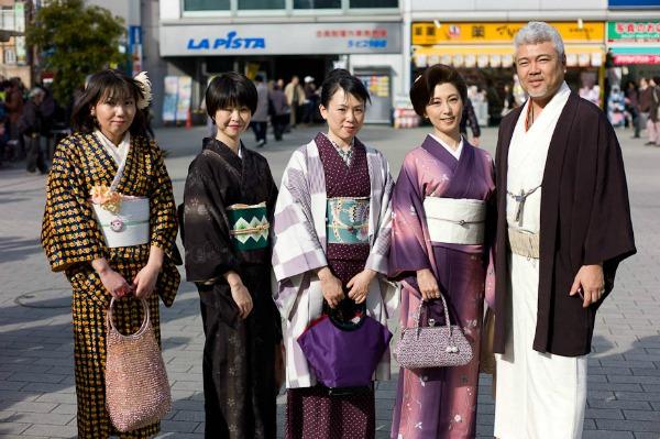 I flash mob di kimono jack riportano in auge il vestito for Vestito tradizionale giapponese femminile